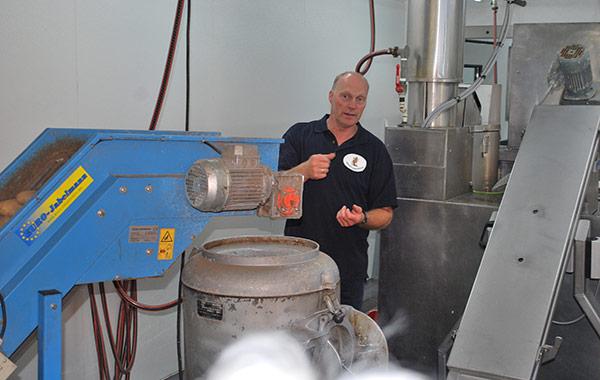 Jürgen Nülle erklärt die Verarbeitung der Kartoffeln