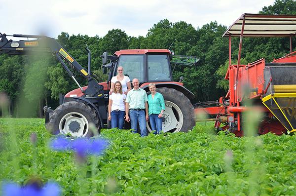 Familie Nülle auf dem Kartoffelfeld